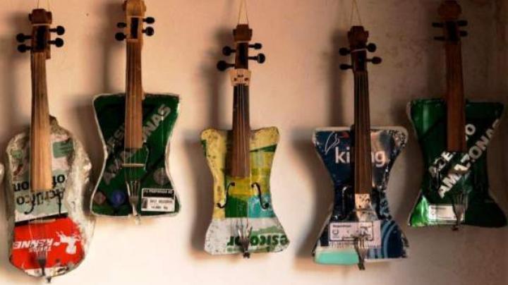 Mai nou, peste 400 de instrumente muzicale meşterite din deşeuri reciclate (VIDEO)