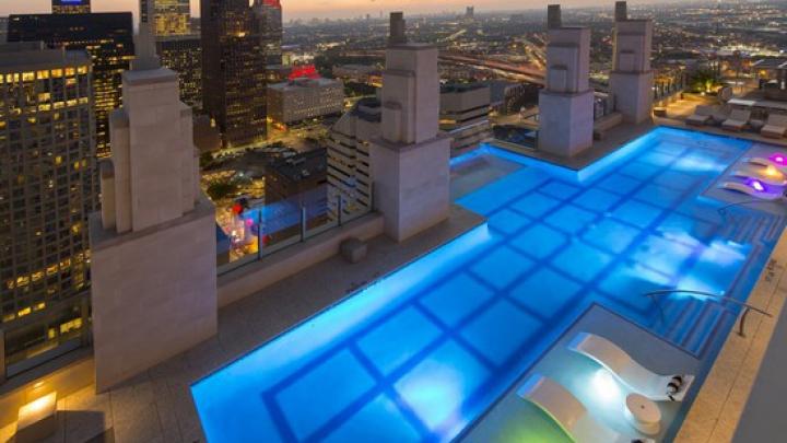 ŢI SE TAIE RESPIRAŢIA! Ai avea curaj să înoți în piscina asta? (VIDEO)