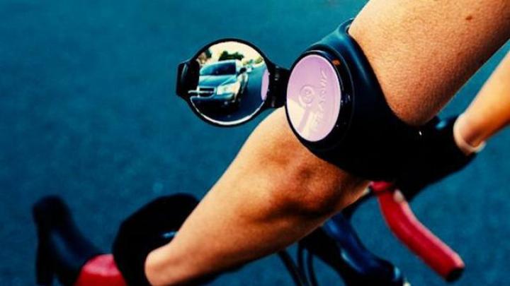 Oglinda de bicicletă pe care o porţi la mână, ca pe un ceas