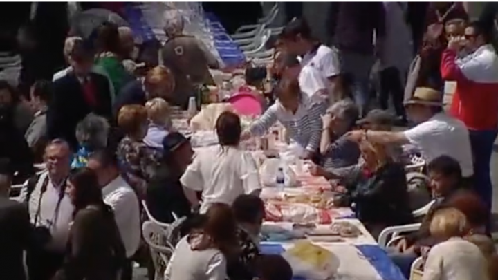 Record mondial! 11.800 de oameni au luat masa împreună într-un parc din oraşul spaniol Aviles