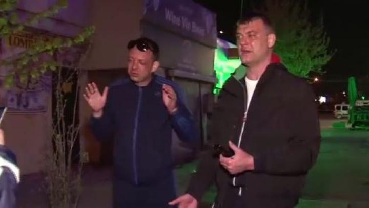 Şi-au făcut nevoile în faţa unui local, apoi l-au înjurat şi agresat pe agentul de pază. Doi fraţi, încătuşaţi (VIDEO)