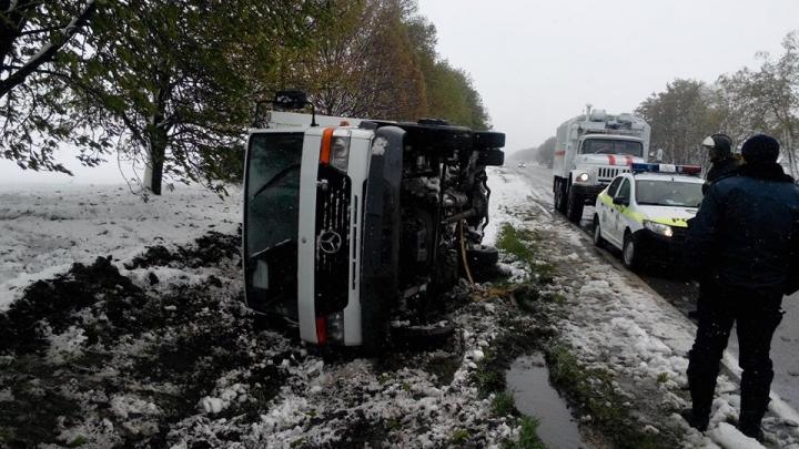SALVATORII INTERVIN ÎN FORȚĂ: Autocare blocate în nămeți cu circa 100 de pasageri și arbori doborâți (VIDEO/GALERIE FOTO)