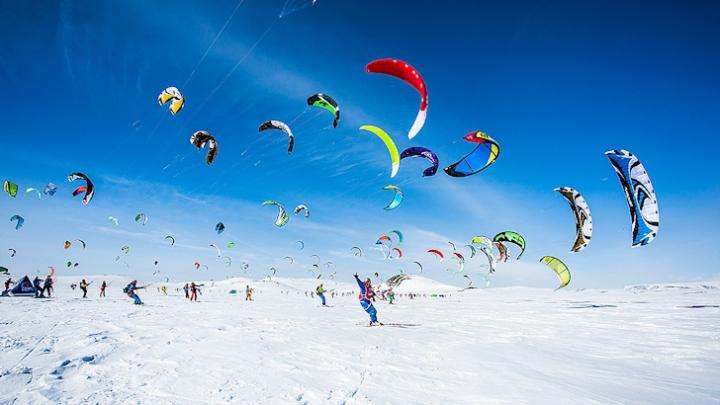 """Spectacol aerian. 350 de sportivi pasionaţi de sporturi extreme au evoluat la turneul """"Ragnarok"""""""