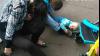 IMAGINI ȘOCANTE! Un bebeluș, LĂSAT PE JOS de un cuplu BEAT CRIȚĂ (FOTO/VIDEO)