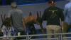 Ce nu fac suporterii pentru a obţine un suvenir de lux. Trei fani au sărit într-un bazin după o minge de baseball (VIDEO)