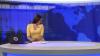O prezentatoare TV s-a trezit cu un câine ieşind de sub masă în timp ce prezenta o ştire (VIDEO)