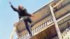 Un bărbat A SĂRIT de la etajul 3 după ce iubita L-A ÎNCUIAT LA BALCON. CE A PĂŢIT e uimitor