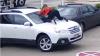 NO COMMENT. O femeie curajoasă a pus pe fugă un hoţ care voia să-i fure maşina (VIDEO)