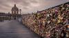 Lacătele iubirii, instalate de îndrăgostiţi pe celebrul Pont des Arts din Paris, vândute la licitaţie