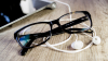 PERICOLUL din spatele ochelarilor fără dioptrii. CE RIŞTI dacă îi porţi