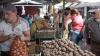 Cartofi cu SURPRIZE! Ce a descoperit o femeie în punga cu legume cumpărate de la piaţa din Nisporeni (VIDEO)