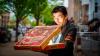Un bărbat a comandat o pizza şi A RĂMAS MASCĂ când a deschis cutia! Fast-food-ul putea să dea FALIMENT după aşa o eroare