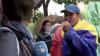 NO COMMENT: Un participant la protestul opoziţiei mănâncă ace de brad pentru a nu i se simţi mirosul de alcool din gură (VIDEO HILAR)