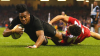 Meci rugby într-unul de fotbal! Un fotbalist a doborât la pământ un adversar cu un procedeu din rugby