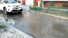 Ţeavă spartă pe strada Gh. Alexandrescu din Capitală. S-a format un adevărat lac în zonă (VIDEO)