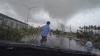 ŞOCANT! O tornadă a luat pe sus mașinile care circulau pe șosea înaintea sa (VIDEO)
