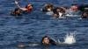 34 de migranţi, salvaţi din Marea Mediterană, după ce ambarcaţiunea în care se aflau A LUAT FOC şi a naufragiat