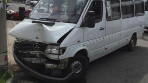 ACCIDENT GRAV în Capitală! Unsprezece persoane, rănite după ce un MICROBUZ cu pasageri s-a ciocnit cu două mașini (GALERIE FOTO)
