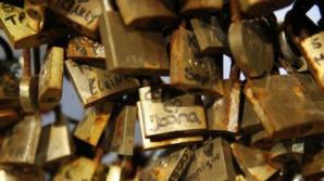 Lacătele iubirii de pe celebrul Pont des Arts din Paris, scoase la licitație