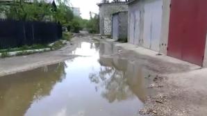 Stradă din centrul oraşului Nisporeni, inundată. Oamenii se plâng că nu au acces la case şi garaje (VIDEO)