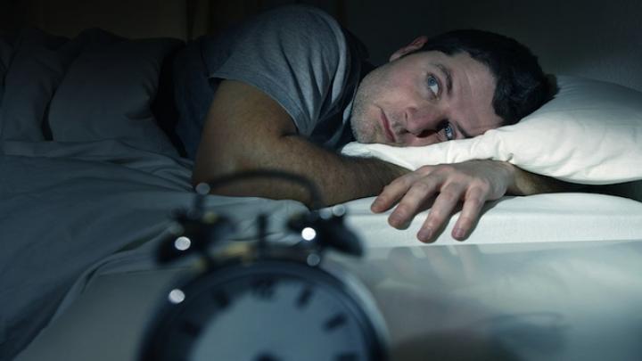 Tresari în timpul somnului? Creierul încearcă să te salveze de la moarte, oferindu-ți un șoc