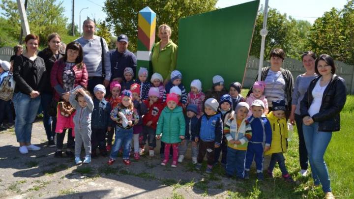 Zeci de copii din Ungheni au petrecut câteva ore la frontieră. Cei mici au testat dispozitivele din dotare (GALERIE FOTO)