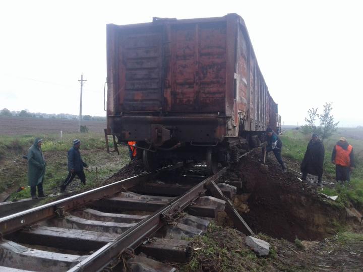 CFM intervine pentru a repara porțiunea de cale ferată unde s-a surpat terasamentul (FOTO)