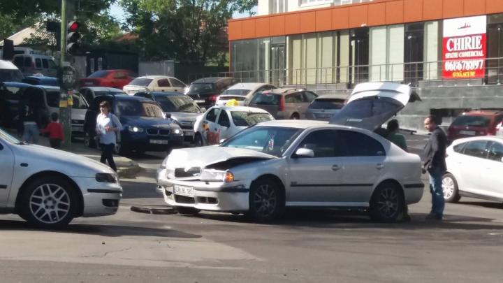 Circulație dificilă pe strada Ion Creangă, din cauza unui accident rutier (FOTO)