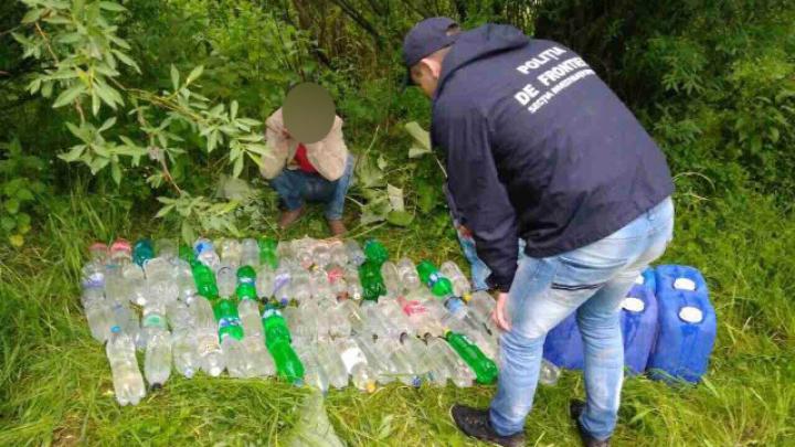 Un moldovean, reținut la frontieră. Voia să transporte ilegal sute de litri de alcool (FOTO)