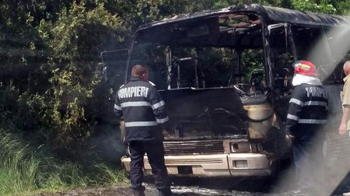 România: Un autobuz cu 17 oameni la bord a luat foc din mers