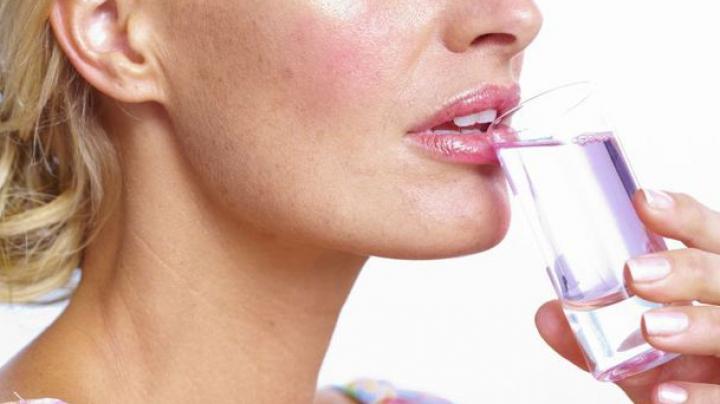 O tânără A ORBIT din cuza unei băuturi dubioase consumate în timpul unei excursii în Grecia