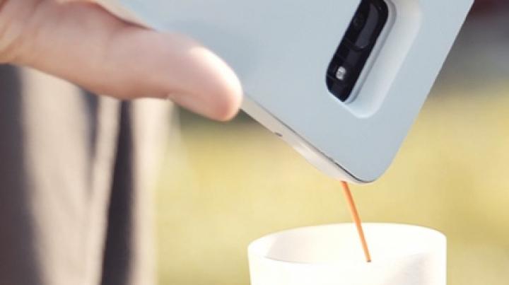 UIMITOR! A fost creată carcasa de telefon care îți face cafeaua la purtător (VIDEO)
