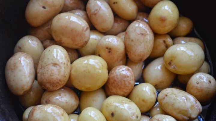 Se curăţă sau nu cartofii noi de coajă? Iată ce spun specialiştii