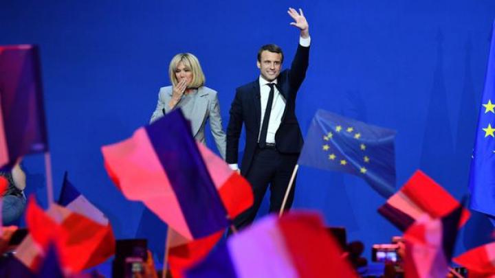 Macron îi ia apărarea soţiei sale, blamând misoginismul şi homofobia pentru OBSESIA presei faţă de Briggite