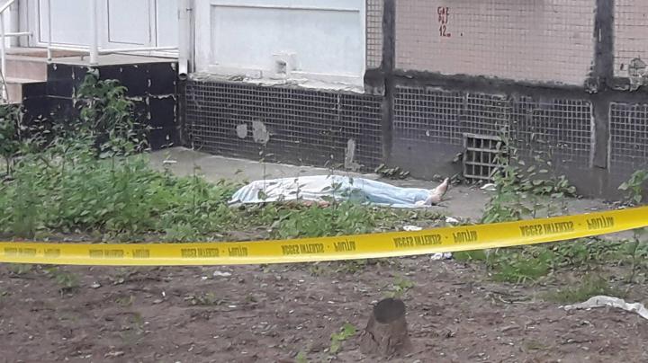 Alcoolul face victime! Un tânăr beat de la Botanica A MURIT după ce S-A ARUNCAT DE LA ETAJ (GALERIE FOTO)