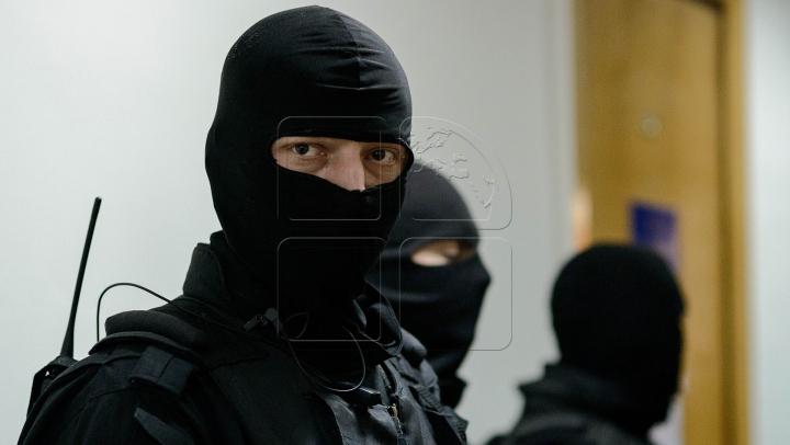 Pentru lăcomie riscă puşcărie! Un poliţist de la Făleşti a fost reţinut de mascaţii de la CNA