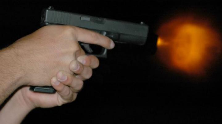 Un bărbat din Capitală ajuns la poliție după ce a tras trei FOCURI DE ARMĂ. Ce s-a întâmplat (VIDEO)