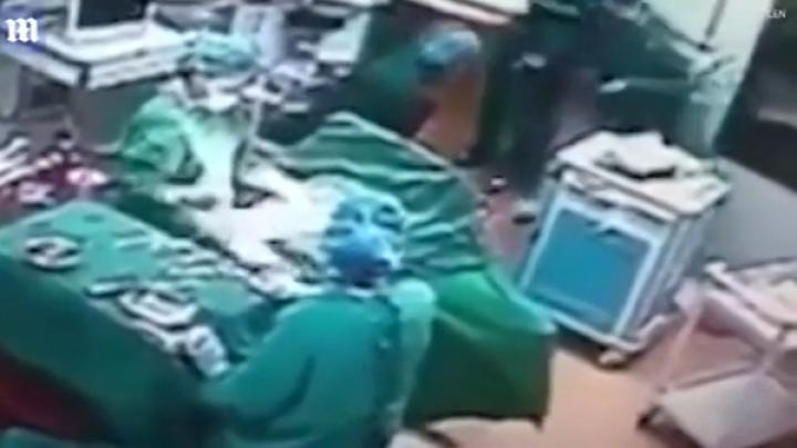 IMAGINI ȘOCANTE! Medicul și asistenta, care aveau o relație, s-au luat la bătaie în timpul intervenției chirugicale (VIDEO)