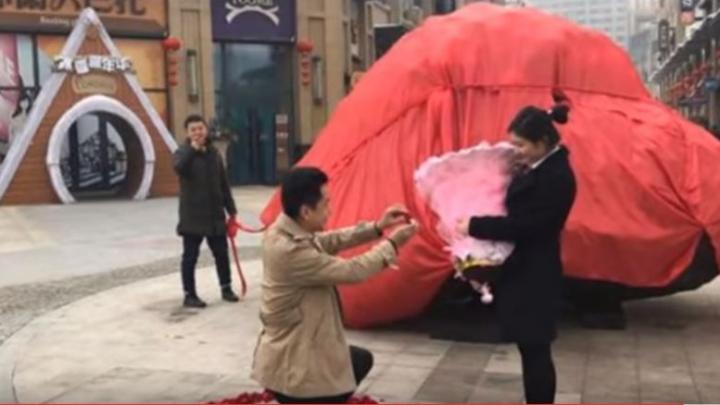 CADOU INEDIT de logodnă! Un bărbat i-a dăruit iubitei un METEORIT 33 de TONE. CU CÂŢI BANI l-a cumpărat bărbatul (VIDEO)