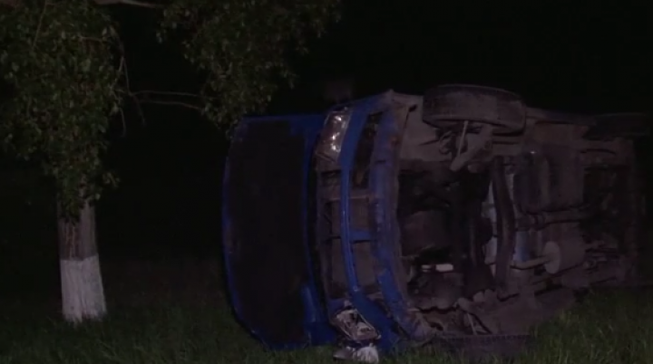 ACCIDENT GRAV în raionul Ialoveni. Un şofer a derapat şi s-a răsturnat cu microbuzul în şanţ (VIDEO)