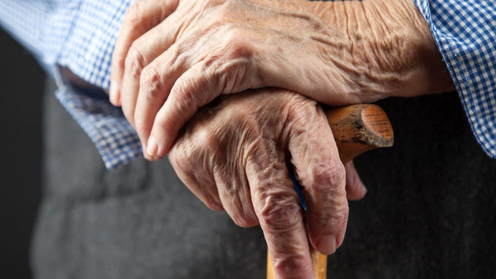O bătrână de 80 de ani a fost supusă la PERVERSIUNI SEXUALE, după ce a vândut ţuică unui VIOLATOR RECIDIVIST