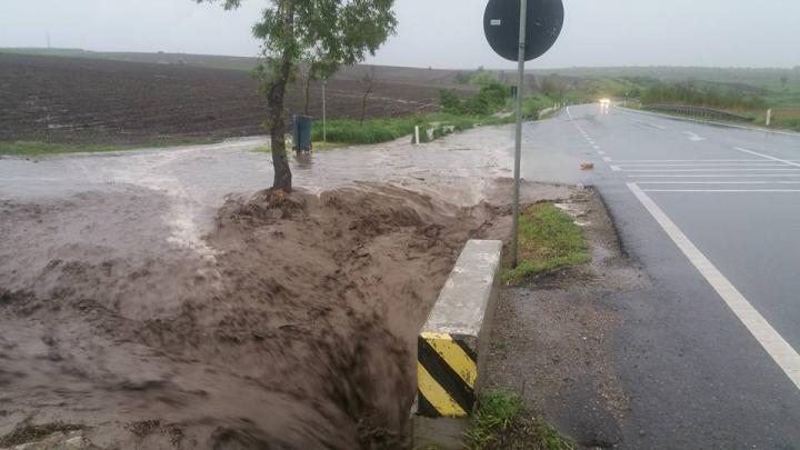 Oraşe din România, paralizate din cauza ploilor torenţiale din ultimele zile (VIDEO)