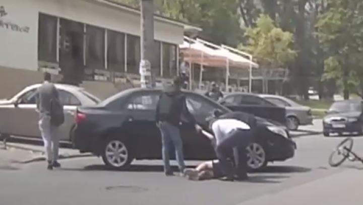 Aventură cu sfârșit tragic! Un adolescent din Capitală a furat maşina părinţilor şi a lovit un biciclist (VIDEO)
