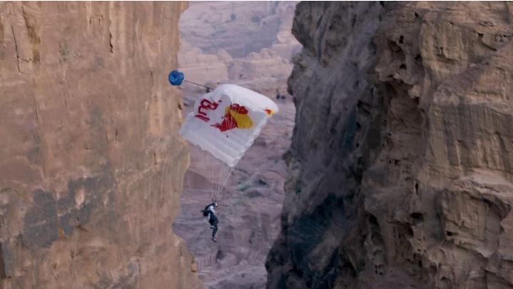 """SALT INCREDIBIL! Cunoscutul paraşutist Miles Daisher a sărit de pe vârful stâncii """"Trezoreria"""""""