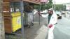 Afară plouă, iar angajaţii de la Autosalubritate dezinfectează platformele de depozitare a deşeurilor