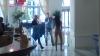 Scene de nudism. O tânără se plimbă în pielea goală pe stradă (VIDEO)