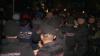 BĂTĂI şi RĂNIŢI în preajma Pieţei Centrale: Vânzătorii au aruncat cu mese în poliţiştii care evacuau zona (VIDEO)