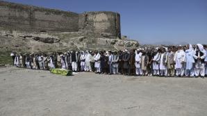 Masacru la o înmormântare din oraşul Kabul. Trei explozii au ucis cel puţin 20 de oameni