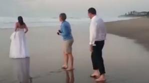 A vrut să-și facă pozele de nuntă pe plajă. Ce a pățit mireasa în câteva secunde (VIDEO)