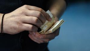 Tot mai mulţi moldoveni cumpără produse în rate. Cum explică experţii acest fenomen